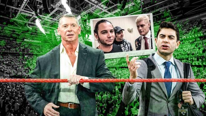 Tony Khan (r.) und ein Wrestler-Trio fordern WWE-Boss Vince McMahon (l.) heraus