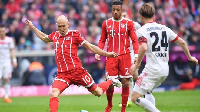 Arjen Robben (l.) testet mit Bayern München beim Hamburger SV