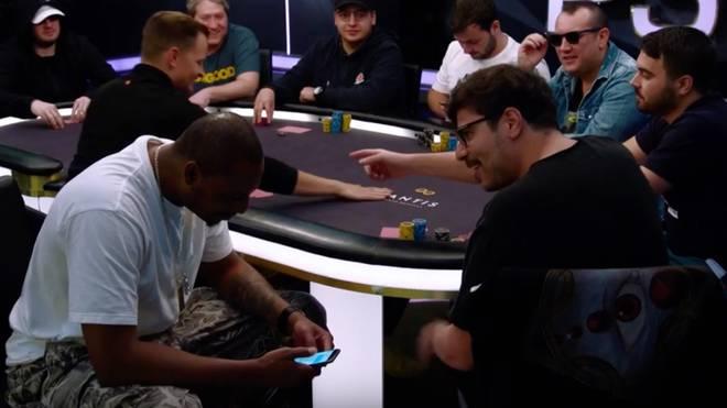 Paul Pierce (l.) musste sich am Tisch mit Mustapha Kanit auseinandersetzen