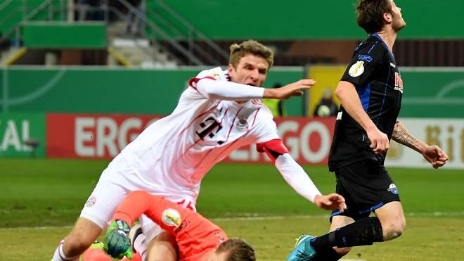 Der Zusammenprall mit Paderborns Keeper Michael Ratajczak (r.) hatte für Thomas Müller das vorzeitige Ende seines Einsatzes zur Folge