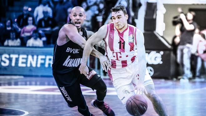 Die Basketballer aus Würzburg (l.) wollen noch den Einzug in die Playoffs schaffen