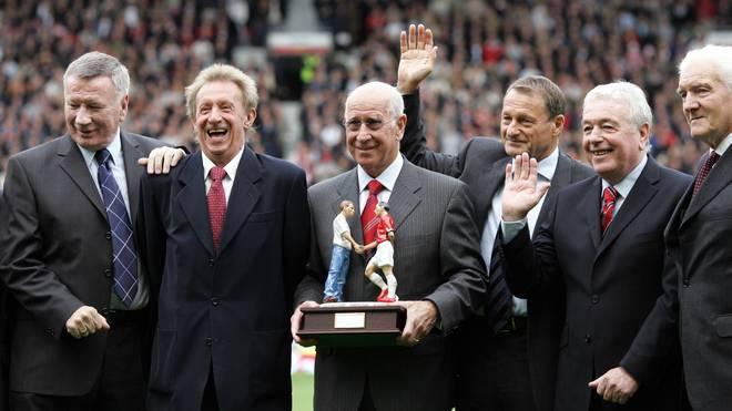 Former Manchester United player Sir Bobb Tommy Smith (ganz links) absolvierte von 1962 bis 1978 insgesamt 467 Spiele für den FC Liverpool