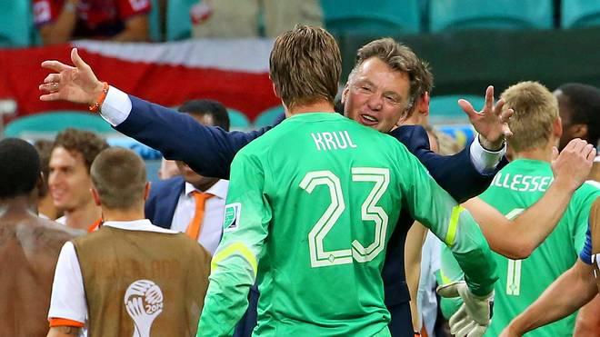 Louis van Gaal feierte bei der WM 2014 dank Tim Krul einen Sieg der Psychospielchen