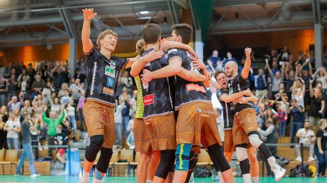 Das Team aus Herrsching bejubelt den knappen Sieg über Düren