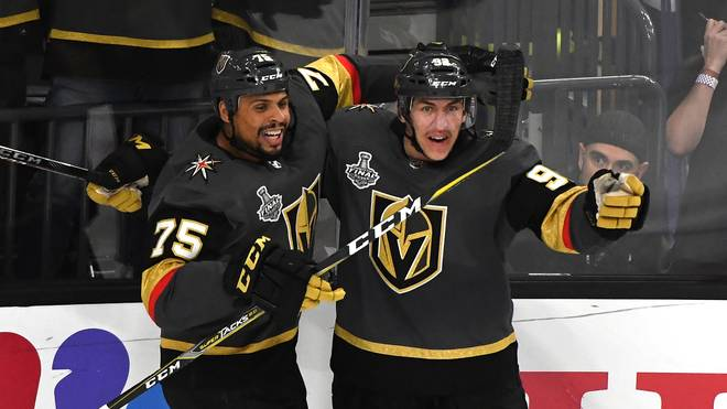 2018 NHL StaThomas Nosek (r.) wurde für die Vegas Golden Knights zum Matchwinnernley Cup Final - Game One