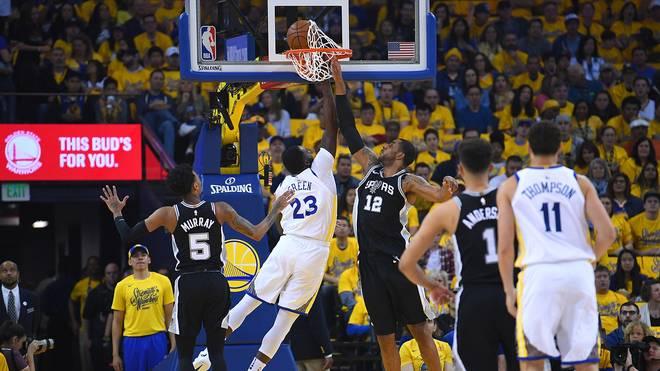 Die Golden State Warriors (in weiß) müssen in der ersten Playoff-Runde gegen die San Antonio Spurs ran