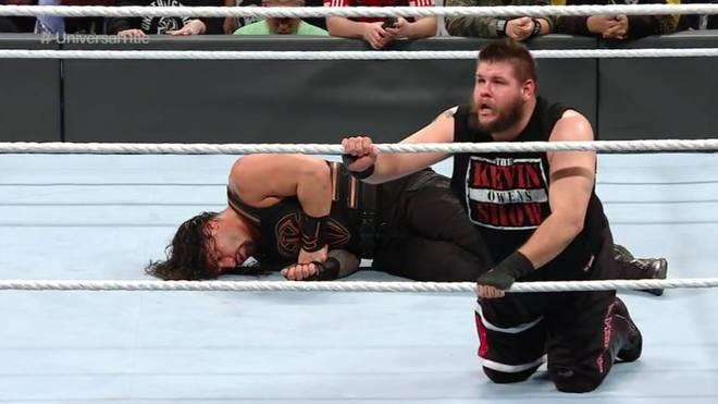 Kevin Owens (r.) traf im Hauptkampf von WWE Roadblock: End of the Line 2016 auf Roman Reigns