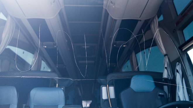 """In die Frontscheibe des Busses von Hertha BSC wurde """"Union"""" eingeritzt"""