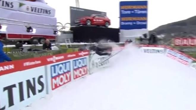 Beim Training der Vierschanzentournee in Innsbruck kommt es zu einem Unfall