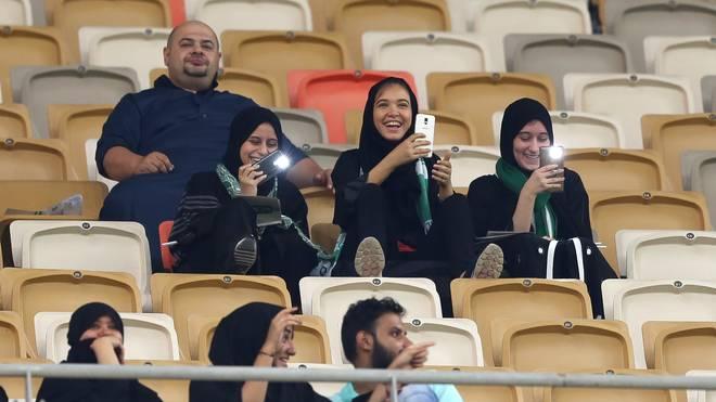 Beim Spiel Al-Ahli gegen Al-Batin waren Frauen in Saudi-Arabien erstmals der Stadionbesuch erlaubt