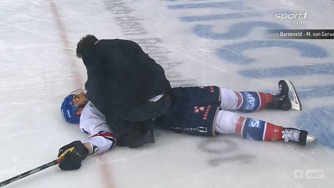 Matthias Plachta lag nach dem Pinizzotta-Check lange auf dem Eis