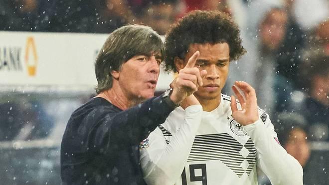 Bundestrainer Joachim Löw (l.) verspricht sich von Leroy Sane eine deutliche Entwicklung auch in der Nationalmannschaft