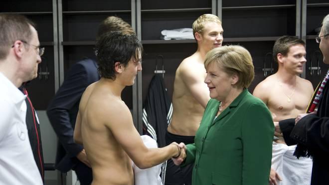 Bereits bei der Europameisterschaft 2012 stattete Angela Merkel der Nationalelf in der Kabine einen Besuch ab