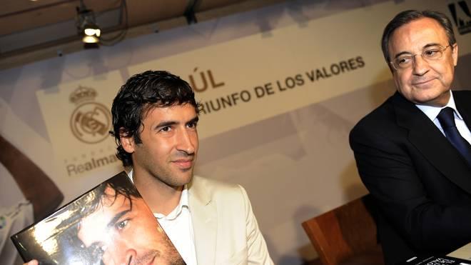 Real Madrid's forward Raul Gonzalez (L)