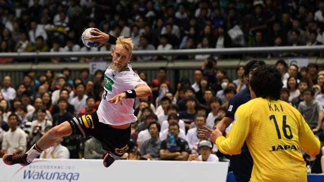 Matthias Musche holt vor Japans Torwart zum Wurf aus