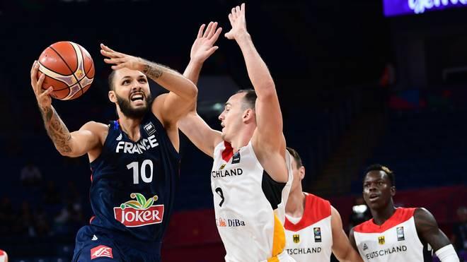 Basketball: Karsten Tadda verlängert bei EWE Baskets Oldenburg , Karsten Tadda im Zweikampf mit Frankreichs Nationalspieler Evan Fournier (links)