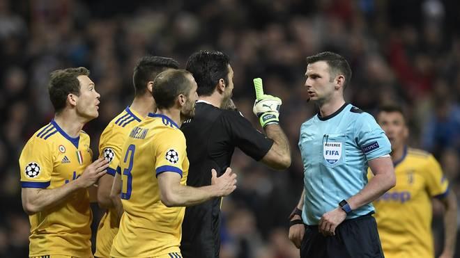 Juventus-Keeper Gianluigi Buffon fliegt nach einer Schiedsrichter-Beleidigung vom Platz