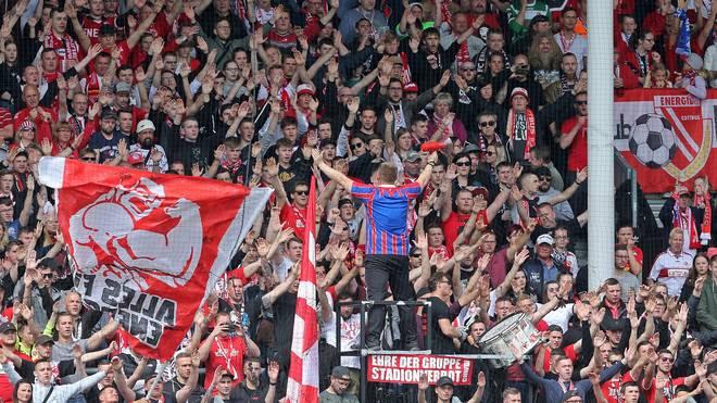 """3. Liga: Energie Cottbus bittet mit """"fiktivem Heimspiel"""" um Spenden, Die Fans von Energie Cottbus feuern ihr Team an"""