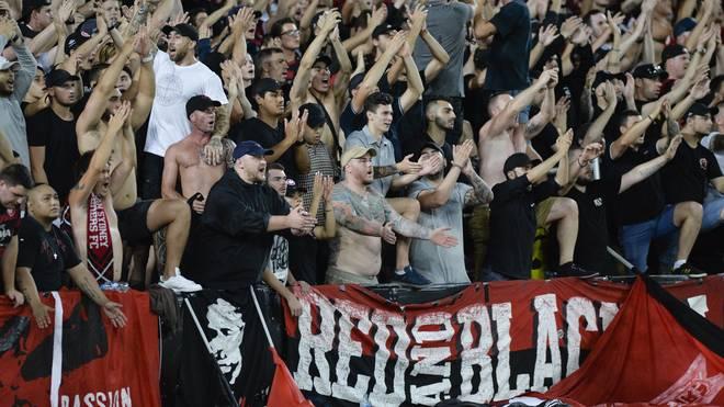 """Fans des """"Red and Black Bloc"""" sollen das Banner hochgehalten haben"""
