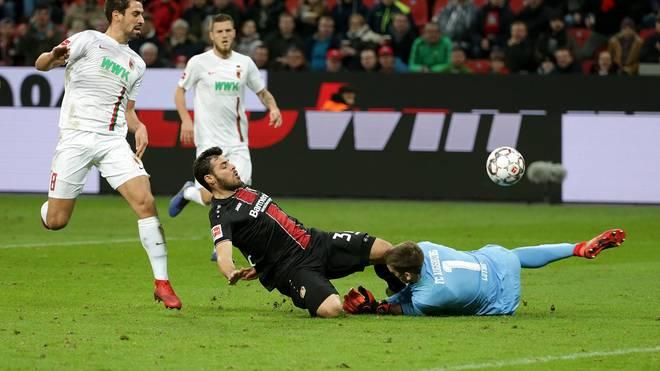 Augsburg-Keeper Andreas Luthe biss sich bei diesem Zusammenprall einen Teil seiner Zunge ab