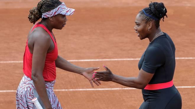 Venus (l.) und Serena Williams starten in Paris auch im Doppel