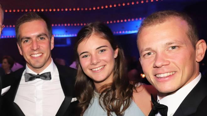 Philipp Lahm freute sich mit Fabian Hambüchen und dessen Freundin Nina über die Auszeichnung