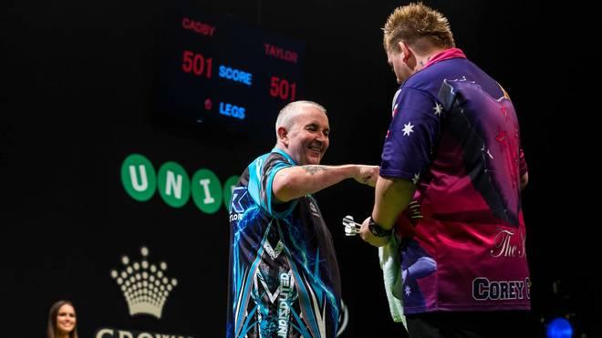 Darts-Legende Phil Taylor (l.) wünscht Corey Cadby Glück