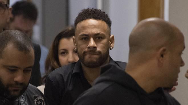Neymar erschein wegen der Anzeige in Brasilien vor Gericht