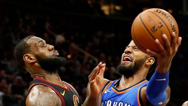 Paul George (r.) spielt mit den Oklahoma City gegen LeBron James und dessen Cleveland Cavaliers