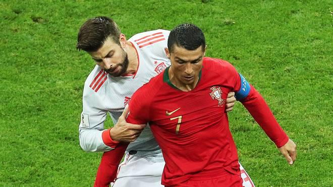 Dieser Zweikampf zwischen Pique (h.) und Cristiano Ronaldo bescherte Portugal die Freistoßchance, die Ronaldo zum 3:3 nutzte