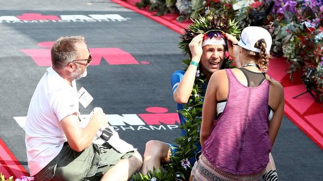 Patrick Lange wurde nach seinem Sieg beim Ironman 2017 von der Familie in Empfang genommen