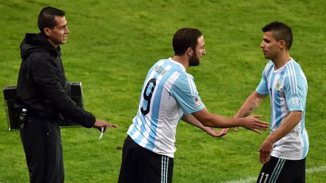 Sergio Agüero (r.) und Gonzalo Higuain sitzen bei Argentinien gegen Frankreich nur auf der Bank