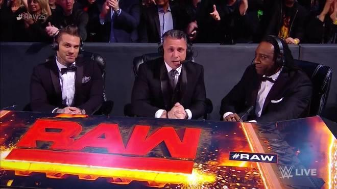 Booker T (r., mit Corey Graves, l., und Michael Cole) setzte sich bei WWE Monday Night RAW in die Nesseln