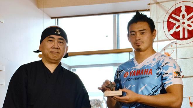 """Ayumu Goromaru (r.) wird zum """"Meister der Ninjas"""" ernannt"""