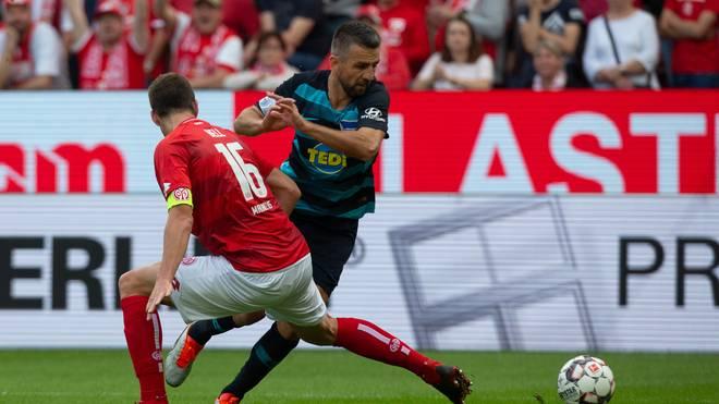 Hertha-Stürmer Vedad Ibisevic im Duell mit Stefan Bell