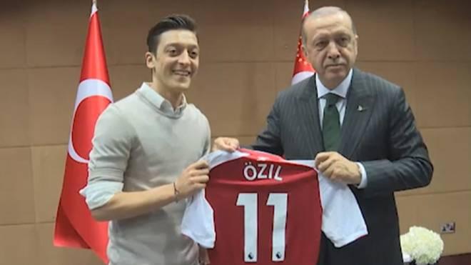 Mesut Özil posierte zu einem gemeinsamen Foto mit dem türkischen Staatspräsidenten