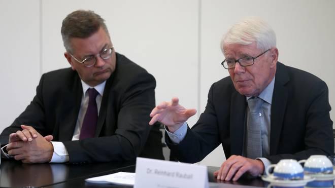 DFB-Präsident Reinhard Grindel im Austausch mit Liga-Boss Reinhard Rauball