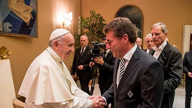 Gladbach-Trainer Dieter Hecking wird von Papst Franziskus im Vatikan empfangen