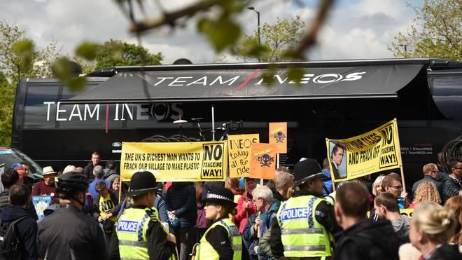 Umweltaktivisten protestierten beim Start der Tour of Yorkshire gegen das neu gegründete Team Ineos