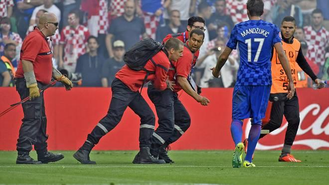 Ein Ordner der UEFA wurde von einem Böller umgerissen