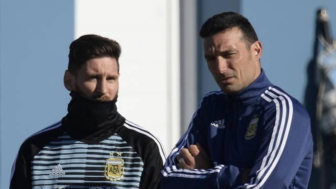 Lionel Messi (l.) im Gespräch mit Argentiniens Nationaltrainer Lionel Scaloni