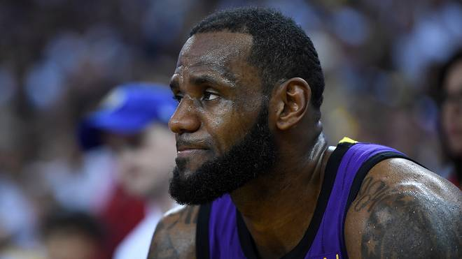 LeBron James saß mit schmerzverzerrtem Gesicht auf der Bank