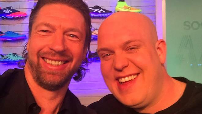 Steffen Freund (l.) traf in London den Darts-Weltranglistenersten Michael van Gerwen (r.)