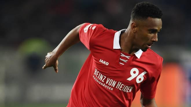 Noah Joel Sarenren Bazee von Hannover 96 hat sich am Oberschenkel verletzt