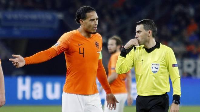 Virgil van Dijk mit dem Schiedsrichter