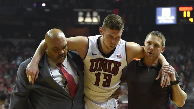 NCAA Basketball Ben Carter Ben Carter von den UNLV Rebels wird mit einem Kreuzbandriss vom Feld gebracht