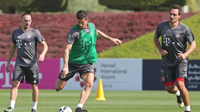 Robert Lewandowski (M.) und Mats Hummels verpassen das erste Bayern-Training in Doha