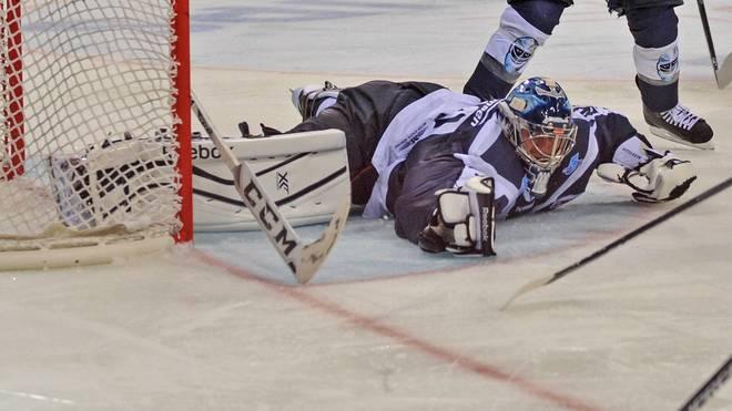 Die Hamburg Freezers mit Goalie Dimitrij Kotschnew ziehen sich aus der DEL zurück