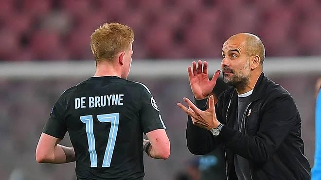 Trainer Pep Guardiola (r.) ist heilfroh, Kevin De Bruyne in Reihen von Manchester City zu wissen