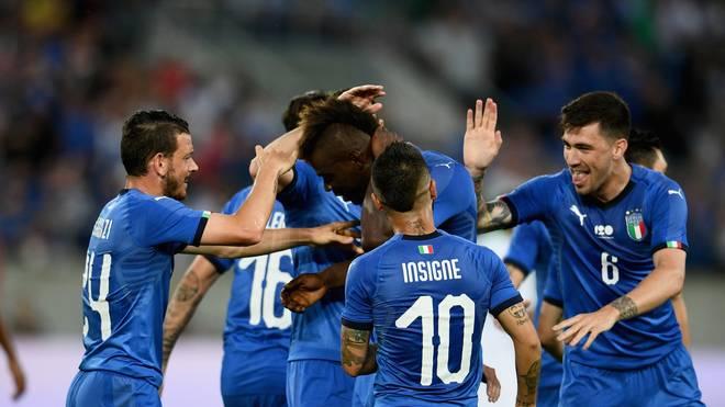 Mario Balotelli wird von seinen Teamkollegen gefeiert